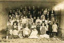 A szászvárosi (Hunyad vármegye) elemi iskola diákjai tanítójukkal, 20. század eleje